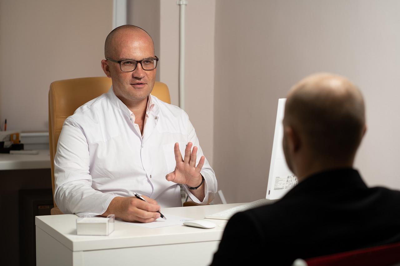 Psiquiatra orientando um paciente com síndrome do pânico